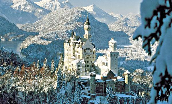 mythical atmosphere of neuschwanstein castle. Black Bedroom Furniture Sets. Home Design Ideas