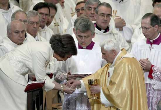 Queen Sofia receives Communion in the hand 01