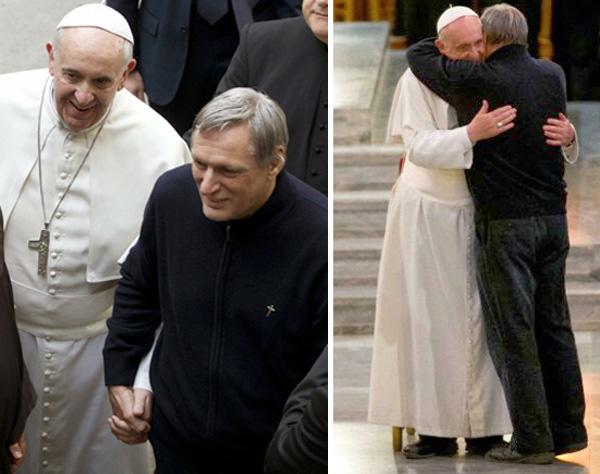 Papa Francis se da la mano con el pro-homo sacerdote 03