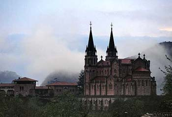 225_Basilica_de_Covadonga3.jpg - 23614 Bytes
