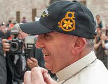 Francis con la gorra de béisbol