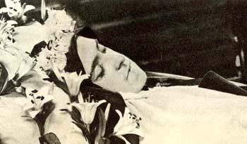 El cuerpo expuesto de Santa Teresa después de su muerte